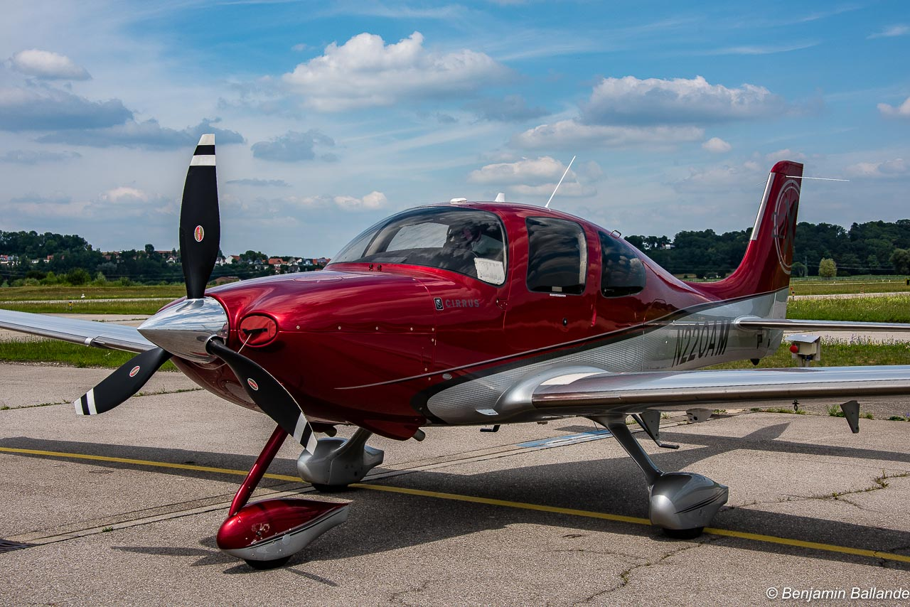 Cirrus SR22 - N220AM